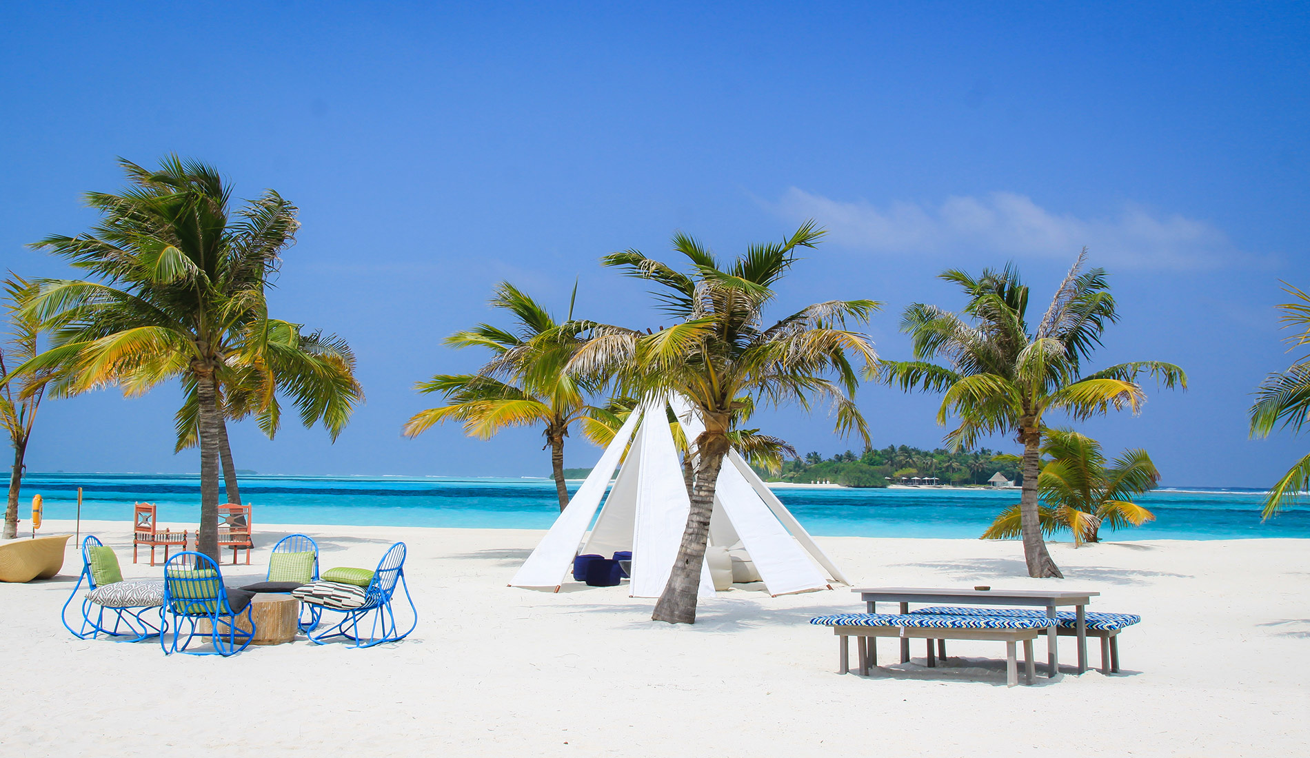 Luxury hotel Kanuhura Resort & Spa Maldives 5-star meal on the beach